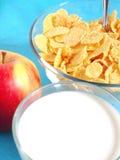 Apple, Milch und Corn Flakes lizenzfreie stockfotos