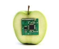 Apple mit einer integrierten Schaltung lizenzfreie stockbilder