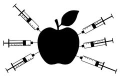 Apple mit einer Spritze Genetisch geänderte Frucht und Chemikalie Einspritzung in die Banane lokalisiert auf weißem Hintergrund lizenzfreie abbildung