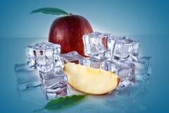 Apple mit Eiswürfeln stockfotografie