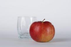Apple mit Glas Lizenzfreies Stockbild