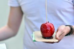 Apple mit hellem Beerenobst und Glasur Stockfotografie