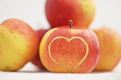 Apple mit Herzen Stockfotografie