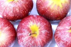 Apple mit Tropfen wässern auf dem weißen Hintergrund Stockbilder