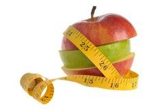 Apple montou das fatias verdes e vermelhas da maçã envolvidas com mea Fotografia de Stock