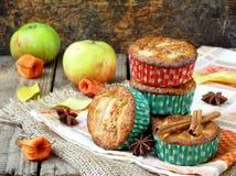 Apple muffin med kanel Arkivfoton