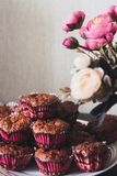 Apple muffin och rosa blommor på en beige bakgrund fotografering för bildbyråer