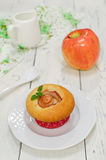 Apple-Muffins mit frischen Äpfeln Stockfotografie