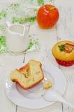 Apple-Muffins mit frischen Äpfeln Lizenzfreie Stockfotografie