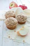 Apple-Muffins mit Zimtkrume Lizenzfreie Stockfotos