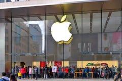 Apple muito ocupado armazena em Shanghai, China Foto de Stock