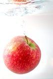 Apple na água fotografia de stock