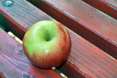 Apple na ławce Zdjęcie Stock