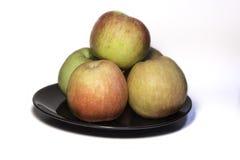 Apple na Czarnym talerzu zdjęcia stock
