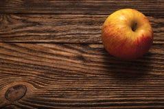 Apple na drewnianej desce Obrazy Stock