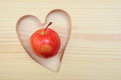 Apple na forma do coração imagem de stock