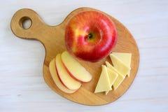 Apple na jabłko kształtującej desce Zdjęcia Stock