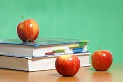 Apple na pilha de livros na sala de aula Imagens de Stock Royalty Free