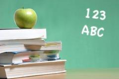 Apple na pilha de livros na sala de aula Imagem de Stock
