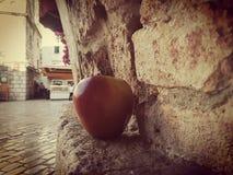 Apple nahe der Wand stockbild