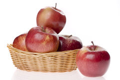 Apple-Nahrung in einem Korb Stockbilder