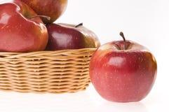 Apple-Nahrung in einem Korb Stockbild