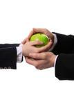 Apple nas mãos de imagem de stock