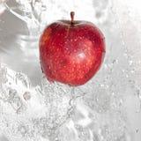 Apple nel flusso continuo dell'acqua. fotografia stock libera da diritti