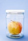 Apple nella latta di vetro immagine stock