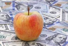 Apple no dinheiro Foto de Stock
