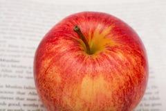 Apple no fundo dos jornais Fotografia de Stock Royalty Free