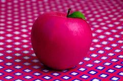 Apple no fundo geométrico Fotografia de Stock Royalty Free