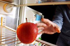 Apple no refrigerador Fotografia de Stock Royalty Free