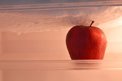 Apple no refrigerador Fotografia de Stock Royalty Free