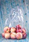 Apple no saco de plástico fotografia de stock
