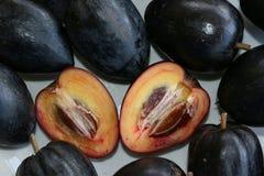 Apple noir d'un plat Images stock