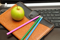 Apple, Notizbuch, Bleistifte und Laptop Lizenzfreies Stockfoto