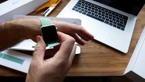Apple novo olha o laço verde marinho do esporte de 42mm video estoque