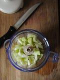 Apple, o pepino e o aipo no misturador rolam Faca com punho preto Vista superior Fotografia de Stock