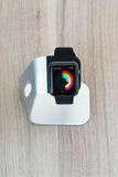 Apple observent dans le support montrant le journal médiocre Photos stock