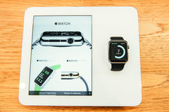 Apple observent des débuts se vendre dans le monde entier Photo stock