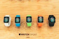 Apple observent des débuts se vendre dans le monde entier Image stock