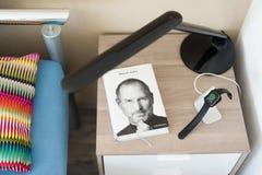 Apple observent l'remplissage sur la table de chevet Images stock