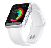 Apple observent le cas en aluminium argenté du sport 42mm avec la bande blanche Photo libre de droits
