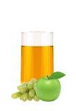 Apple och druvafruktsaft i exponeringsglas som isoleras på vit Arkivfoto