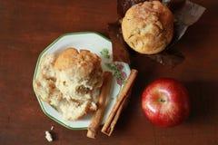Apple och kanelbruna muffin Fotografering för Bildbyråer