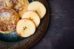 Apple och kanelbruna pannkakor Arkivfoto