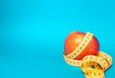 Apple och måttbandet slank kondition bantar sportliv arkivbild