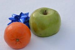Apple och mandarin Arkivbilder
