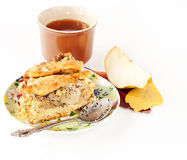 Apple och pearpie med en kopp av tea arkivfoton
